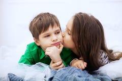 亲吻一点的男孩女孩 爱和华伦泰` s D的概念 免版税库存照片