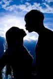亲吻人剪影 免版税库存照片