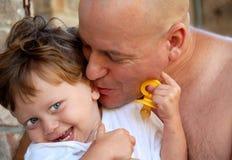 亲吻儿子小孩的爸爸 库存照片