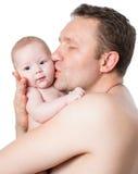 亲吻儿童女孩的父亲 免版税库存图片