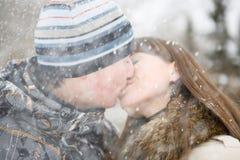 亲吻冬天 免版税库存图片