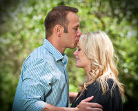 亲吻前额的年轻人妻子 库存图片