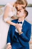 亲吻前额的新娘的敏感画象新郎 关闭上色百合软的查阅水 图库摄影