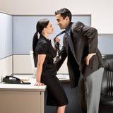 亲吻办公室工作者的co小卧室 免版税库存照片