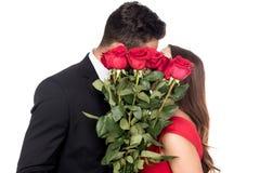 亲吻和包括面孔的异性爱夫妇用花束 库存图片