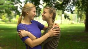 亲吻和拥抱她心爱的母亲,友好关系的俏丽的女孩 影视素材