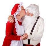 亲吻圣诞老人夫人的克劳斯 图库摄影