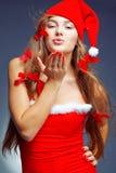 亲吻圣诞老人的女孩辅助工 免版税库存照片