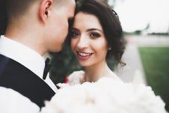 亲吻在春天自然特写镜头画象的婚礼夫妇 库存图片