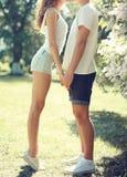 亲吻在春天花的公园的特写镜头爱的夫妇 免版税库存图片