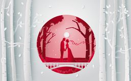 亲吻在森林里的浪漫夫妇,当他们有婚礼聚会 库存照片