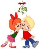 亲吻在槲寄生下的孩子 免版税库存图片