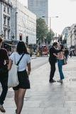 亲吻在牛津街道,伦敦,英国上的人们 免版税库存图片