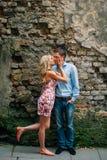 亲吻在街道上的年轻愉快的夫妇 免版税库存照片