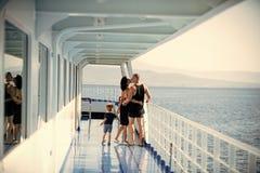 亲吻在逗人喜爱的儿子附近的愉快的父母在度假 旅行在游轮的家庭在晴天 系列和爱概念 库存图片