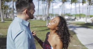 亲吻在阳光下的浪漫不同种族的夫妇 股票录像