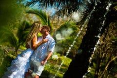 亲吻在飞溅的喷泉附近的新娘和新郎 库存照片