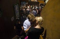 亲吻在Oktoberfest的荷兰语夫妇2012年 免版税库存照片