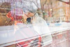 亲吻夫妇在日期 免版税库存图片