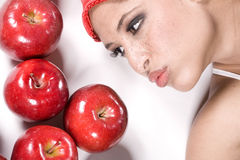 亲吻妇女的苹果 免版税库存图片
