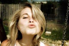 亲吻妇女 免版税库存照片