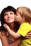 亲吻妈妈儿子 免版税库存图片