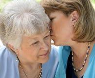 亲吻妈妈 免版税库存图片
