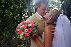 亲吻婚礼 免版税库存图片