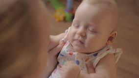 亲吻小女儿和做的爱的母亲儿童微笑 股票录像
