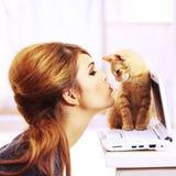 亲吻小猫的逗人喜爱的礼品理想 免版税库存照片