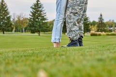 亲吻战士站起来在脚趾,关闭的妇女 库存照片