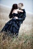 亲吻户外年轻人的夫妇goth 免版税库存照片