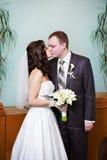 亲吻新娘和新郎 免版税库存图片