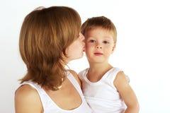 亲吻母亲儿子 免版税库存图片