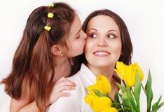亲吻母亲的女儿 库存图片