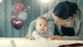 亲吻母亲的婴孩 股票录像