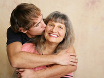 亲吻母亲 免版税库存图片