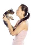 亲吻狗的美丽的女孩 免版税库存照片