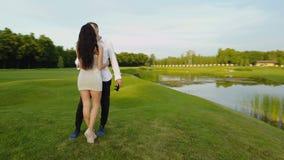 亲吻的夫妇拥抱和户外,射击从盘旋的寄生虫上面,古代罗马走在公园的男人和妇女 影视素材