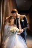 亲吻的新娘和新郎拥抱和,当站立在台阶时 婚姻,轻拍男人和妇女容忍  免版税库存图片