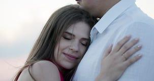 亲吻的浪漫夫妇 美好的浪漫男人和妇女容忍和分享在日落的一个亲吻户外 股票视频