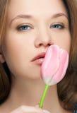 亲吻纵向郁金香的女孩 免版税图库摄影