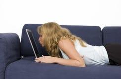 亲吻膝上型计算机妇女 免版税库存图片