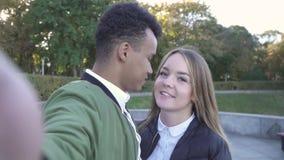 亲吻青少年的人种间夫妇在照相机射击自己 影视素材