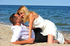 亲吻魔术时候新婚佳偶 免版税库存图片