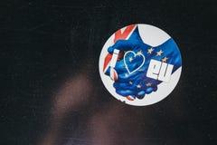 亲欧盟`我在伦敦爱欧盟在一个灯岗位的`贴纸 库存图片