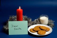 亲爱的圣诞老人附注、牛奶和饼干 免版税库存照片