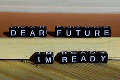 亲爱的未来我` m准备好在木块 刺激和启发概念 免版税库存图片