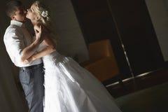 亲吻与情感容忍的美好的年轻夫妇 免版税图库摄影