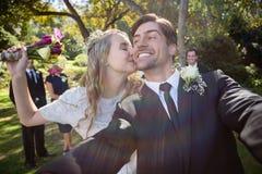 亲吻人的富感情的妇女在婚礼期间 库存照片